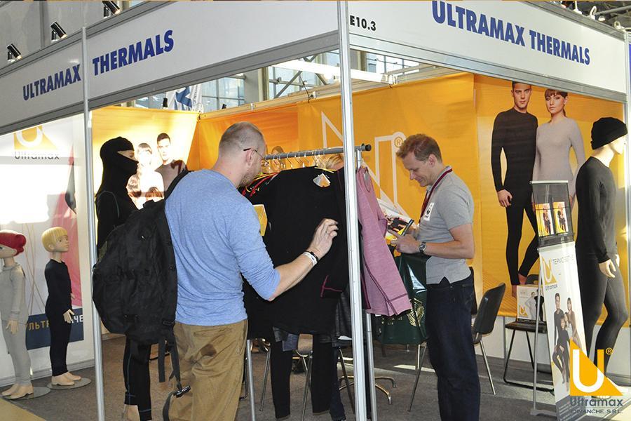 Посетители выставки «Охота и рыболовство на Руси» рассматривают ассортимент Ultramax® Thermals